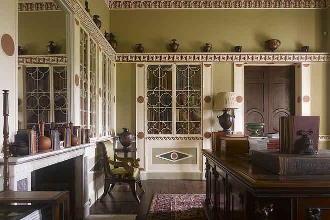 Интерьер домашнего кабинет в старинном доме