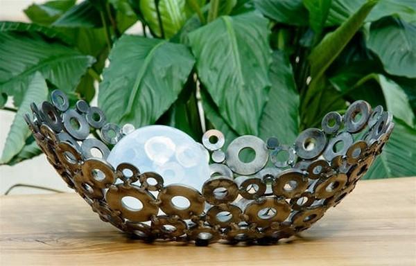 Посудина из металлических болтов