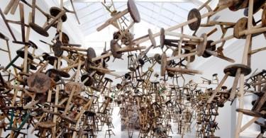 Трехногий табурет как символ Китая в инсталляции дизайнера Ай Вэйвэя
