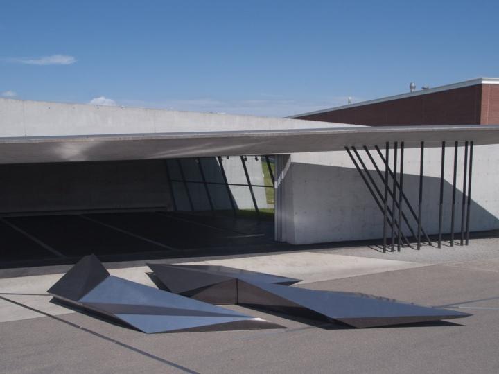 Инсталляция из металла геометрической формы