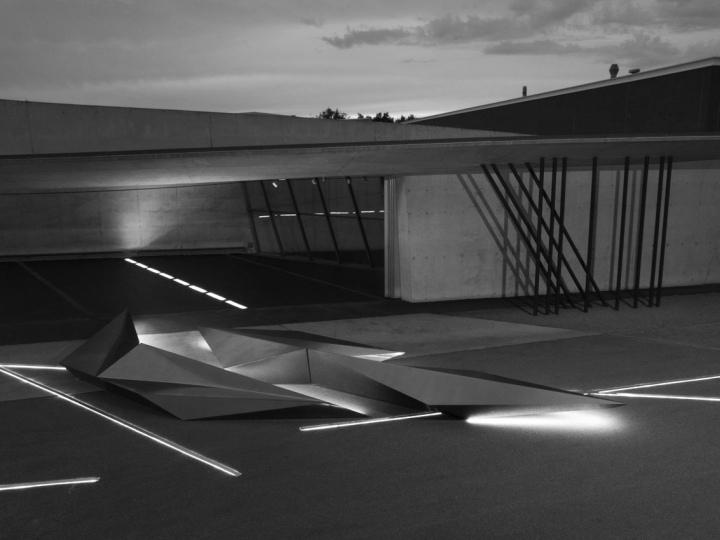 Инсталляция из металла с подсветкой