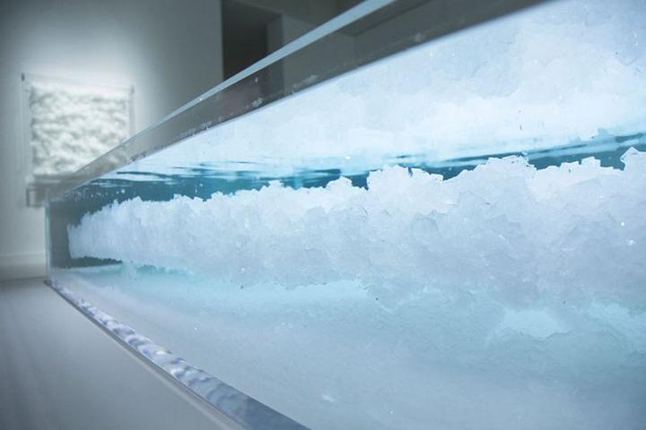 Кристаллическая инсталляция в стеклянной витрине
