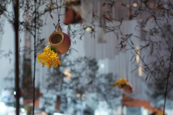 Глиняный кувшин в качестве вазы