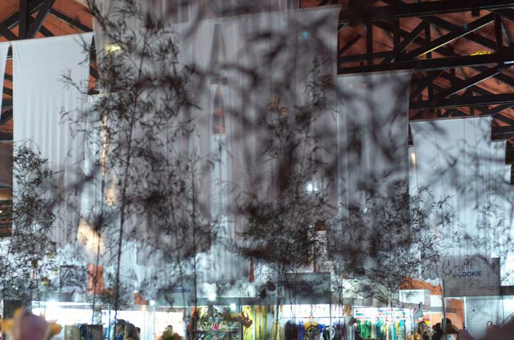 Шёлковая ткань инсталляции