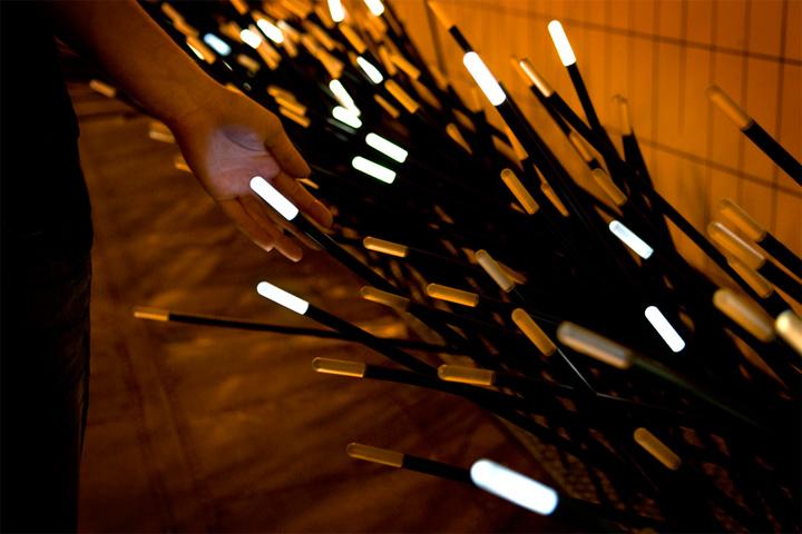Инсталляция из светящиеся палочек
