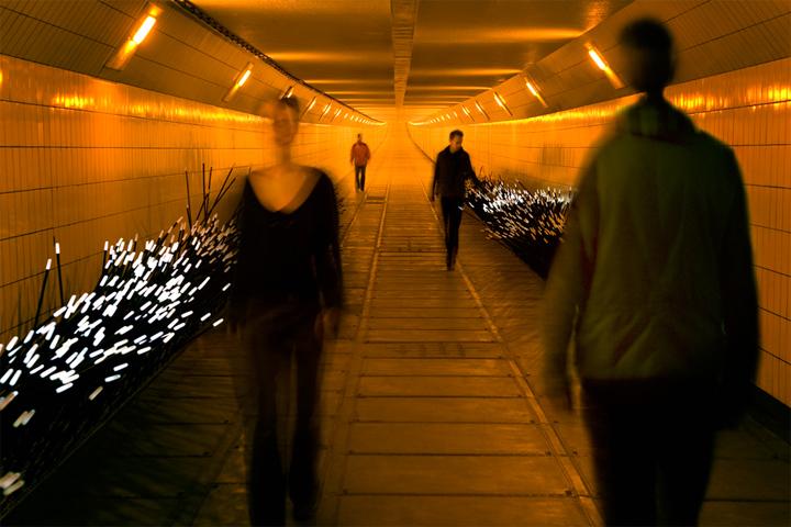 Светящиеся палочки в качестве инсталляции