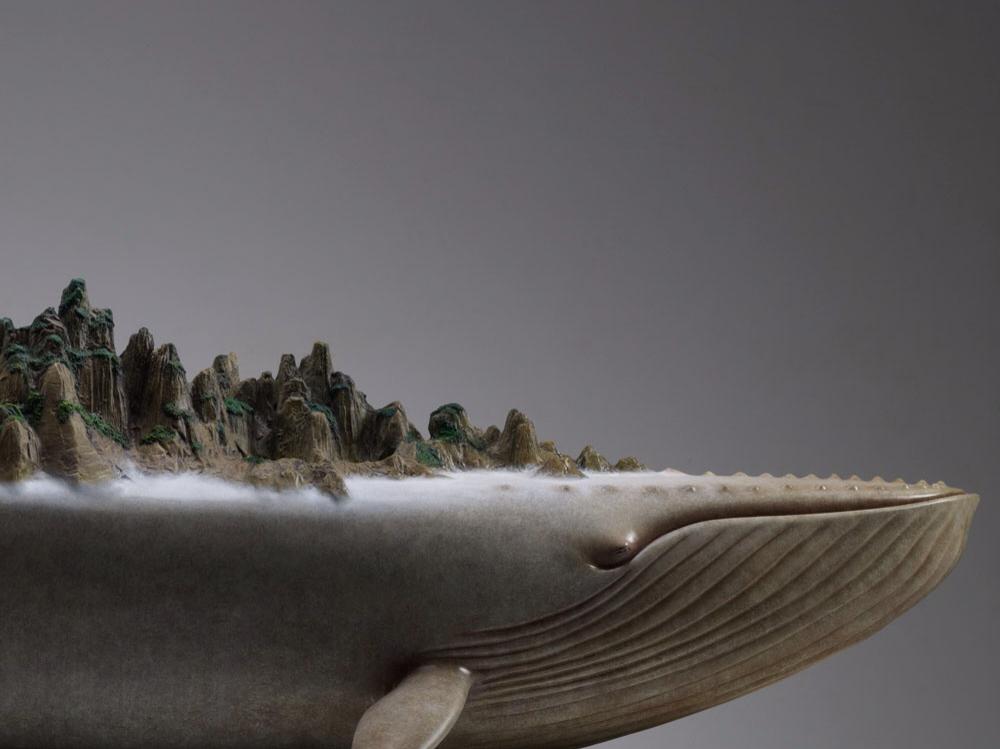 Скульптура кита вблизи