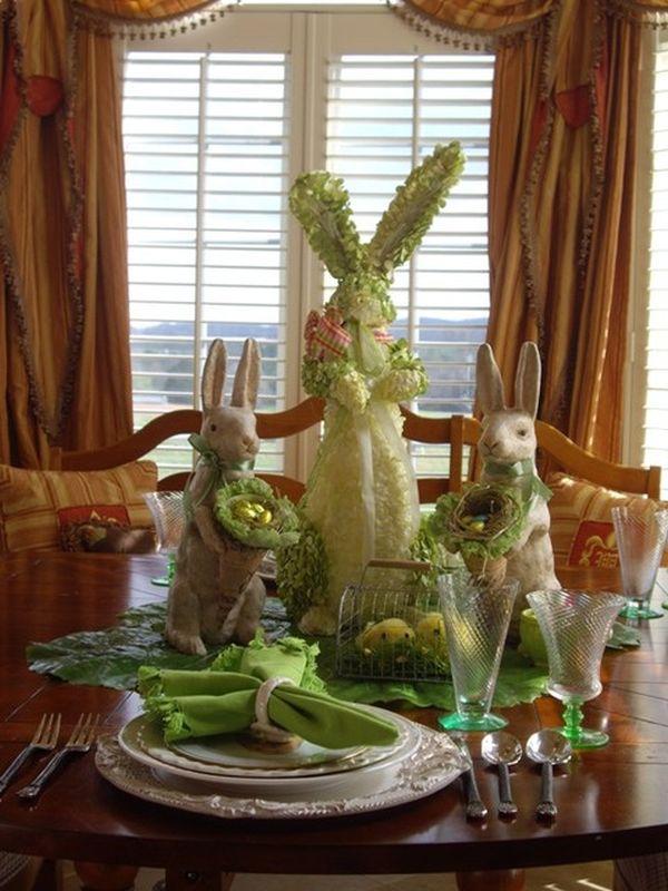Фигурки животных на столе