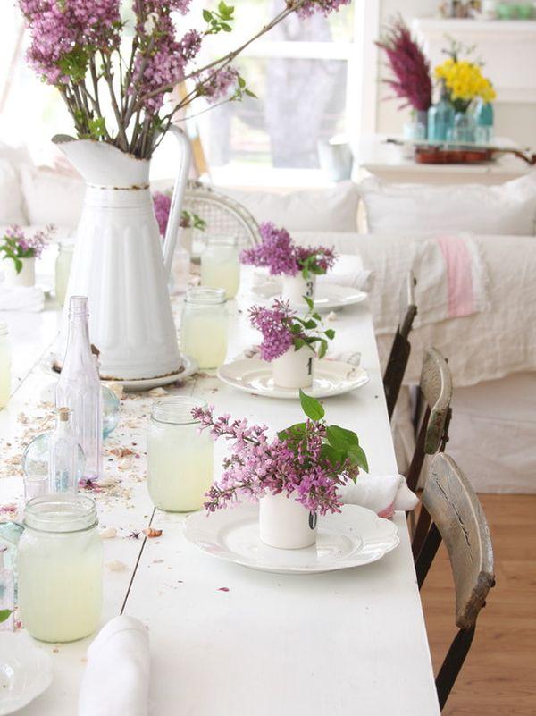 Белая скатерть на праздничном столе