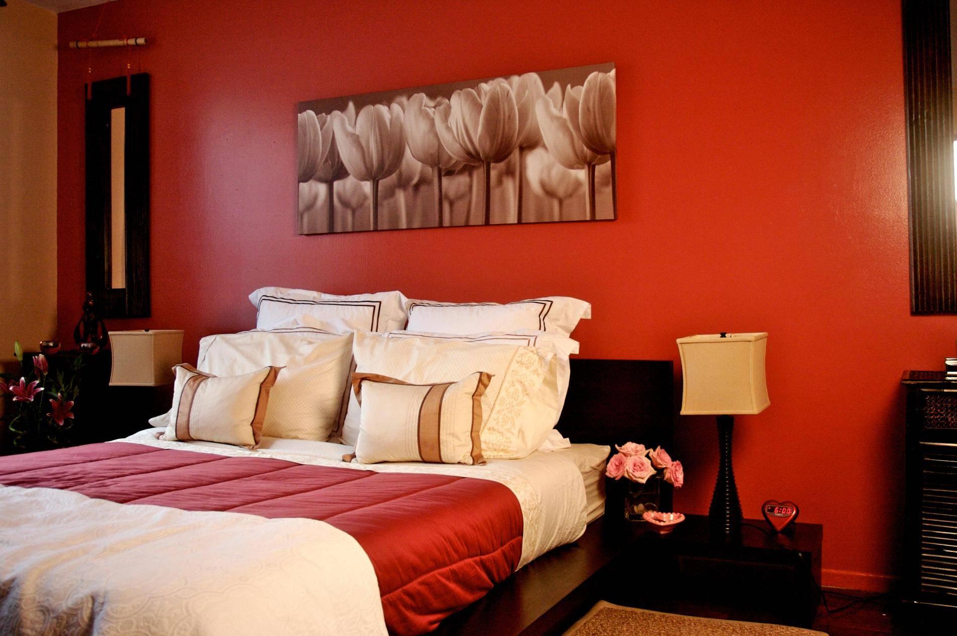 Красная стена и плед в спальной комнате