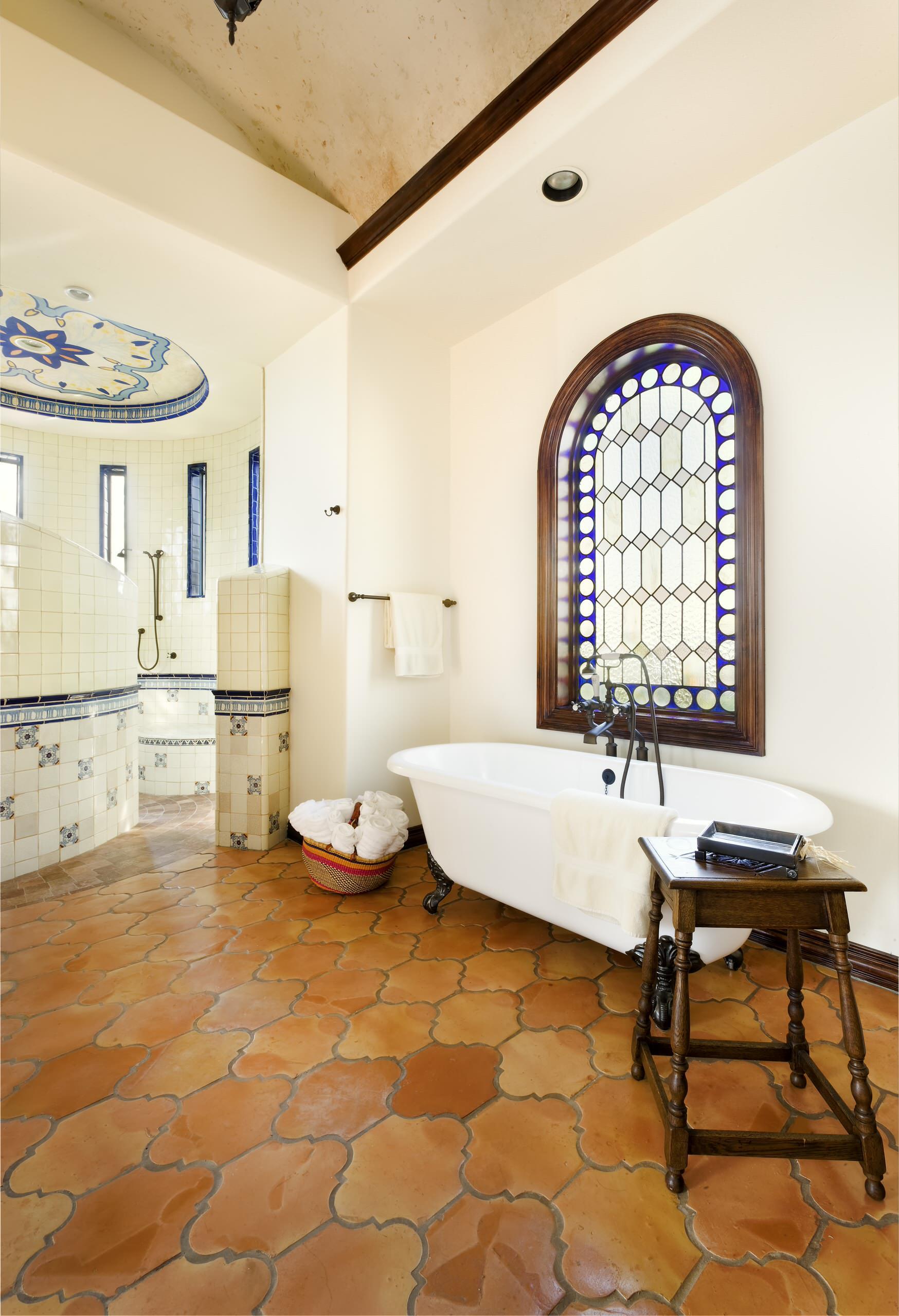 Белоснежное оформление ванной в средиземноморском стиле