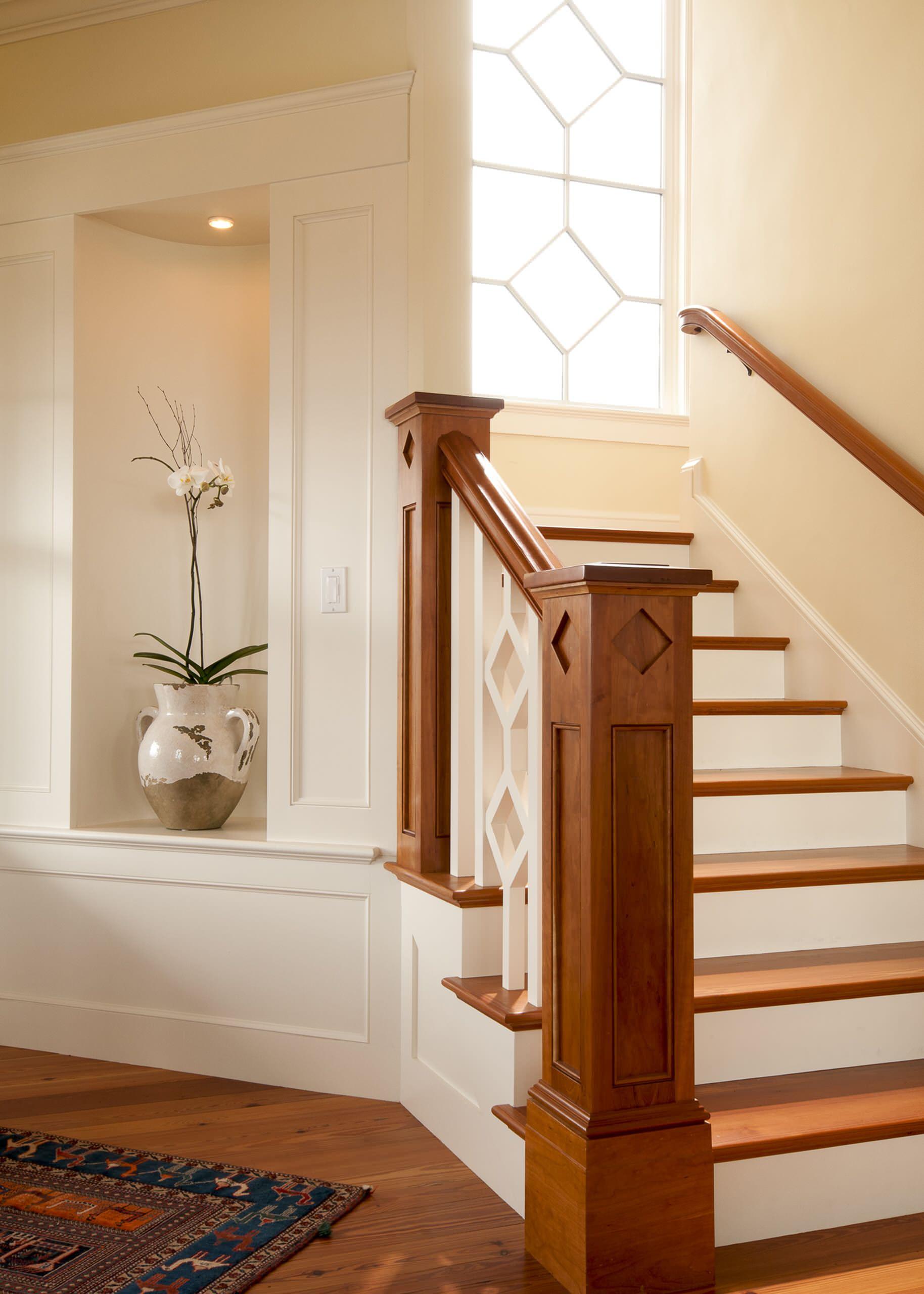 Деревянная лестница в интерьере