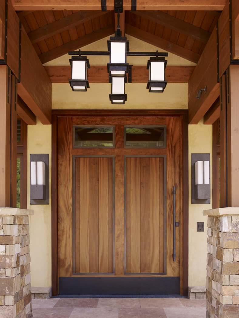 Деревянная дверь в доме