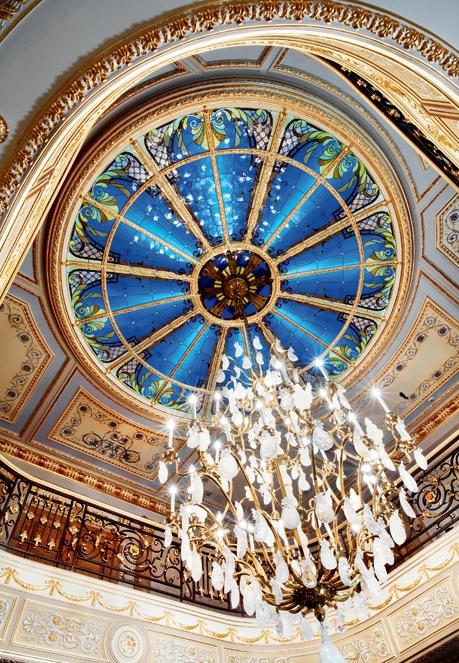 Роскошная люстра в интерьере дворца в Подмосковье