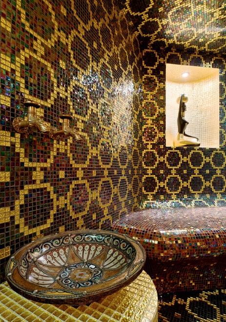 Мозаика на стене в интерьере ванной комнаты дворца в Подмосковье