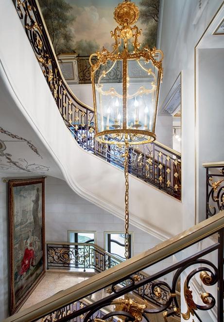 Оформление лестничного проема дворца в Подмосковье