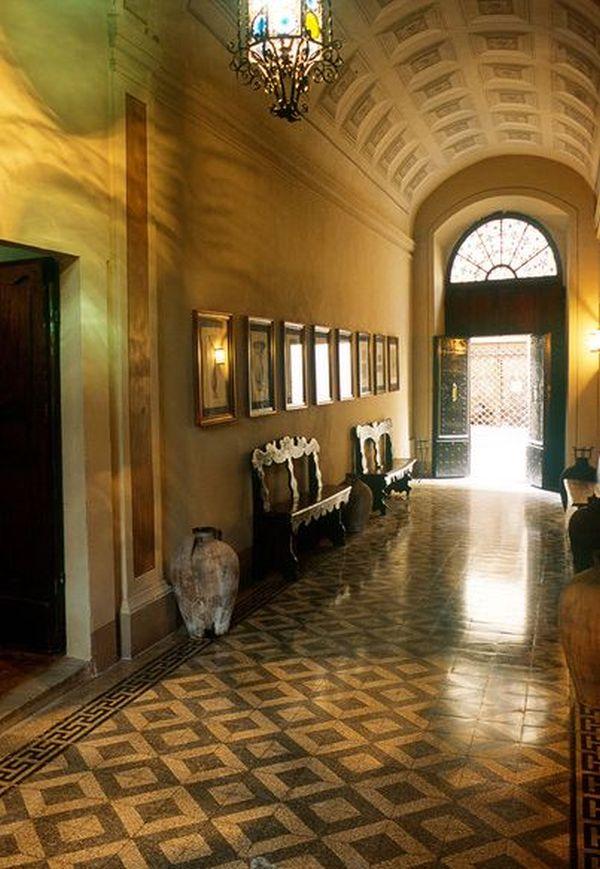 Мозаичная плитка на полу в коридоре