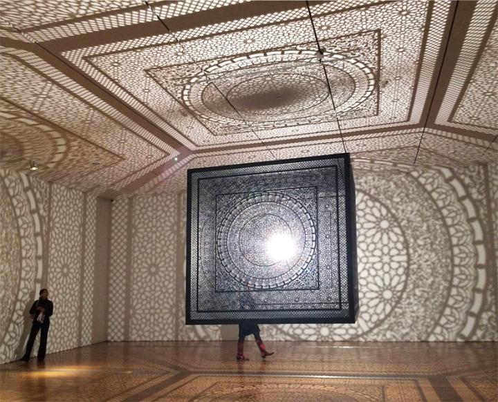 Световая инсталляция в помещении Intersections installation