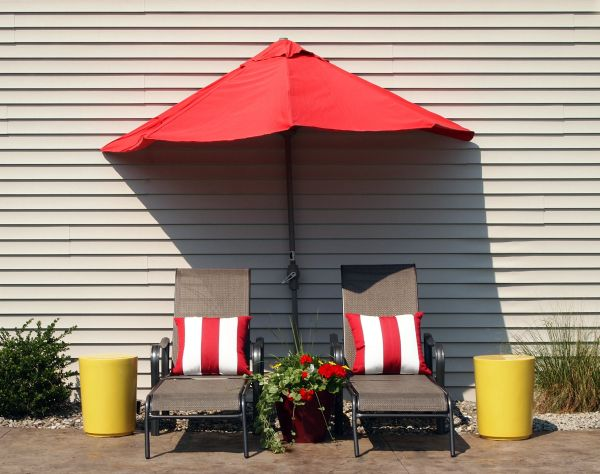 Красный зонт во внутреннем дворике
