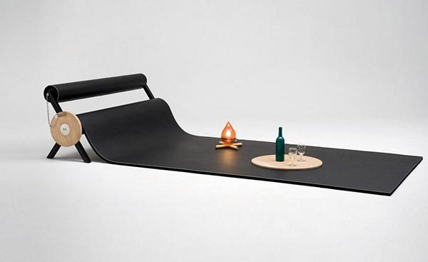 Прекрасный диван-валик с предметами декора