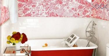 Красно белые стены в интерьере ванной комнаты