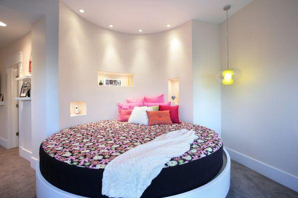 Современная кругла кровать в интерьере помещения