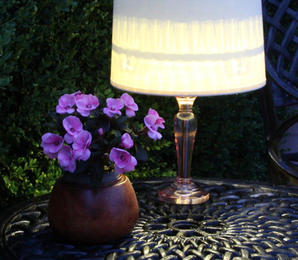 Горшок у настольной лампы