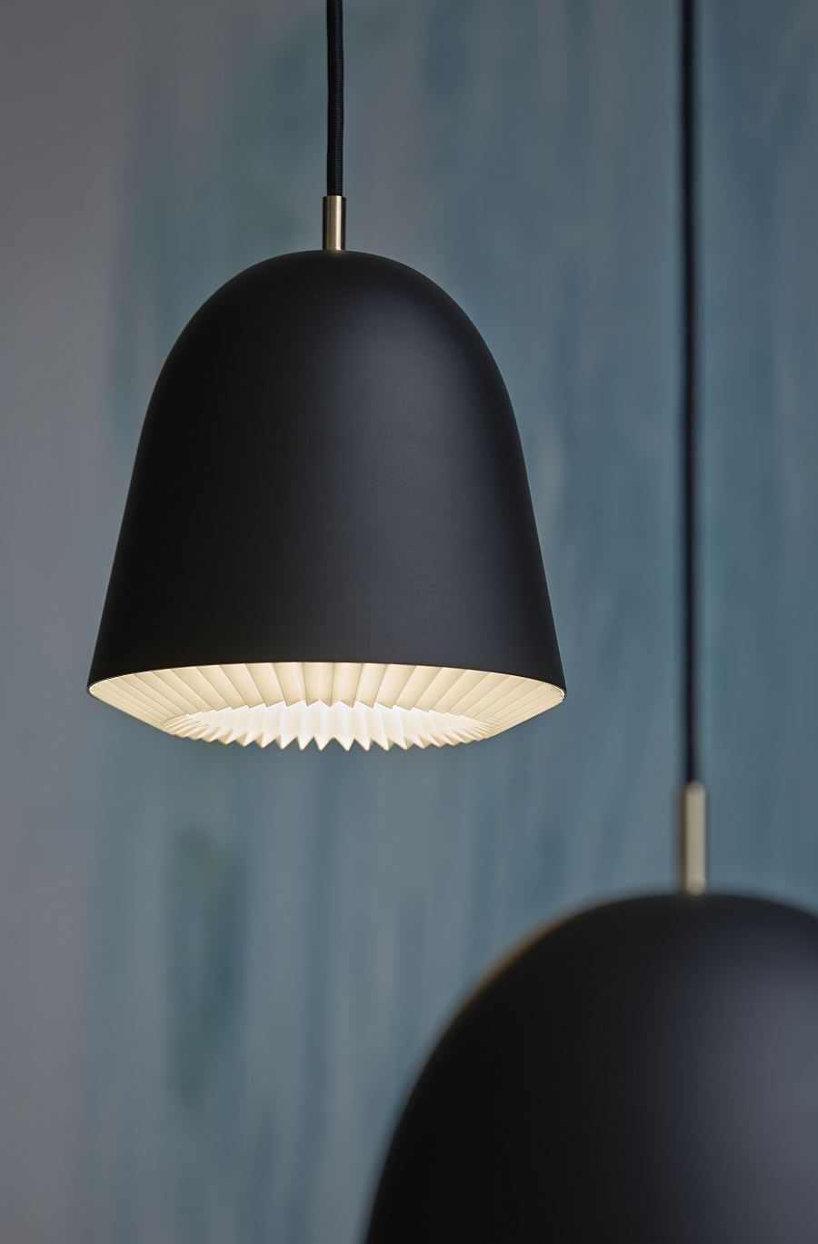 Черный флакон светильника