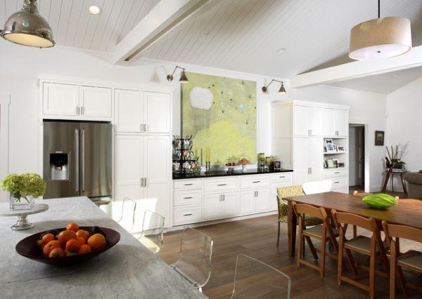 Большая картина у рабочей поверхности на кухне