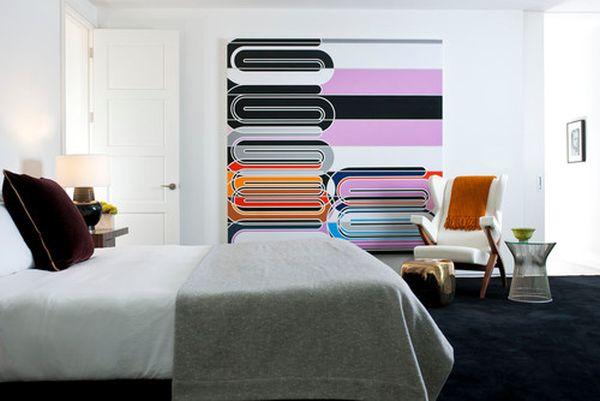 Необычная картина на стене в спальной комнате