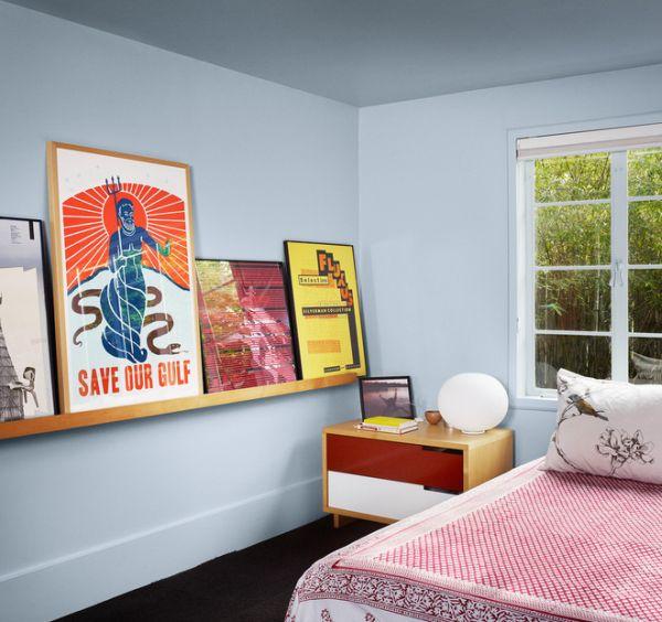 Современные картины на полочке в спальне