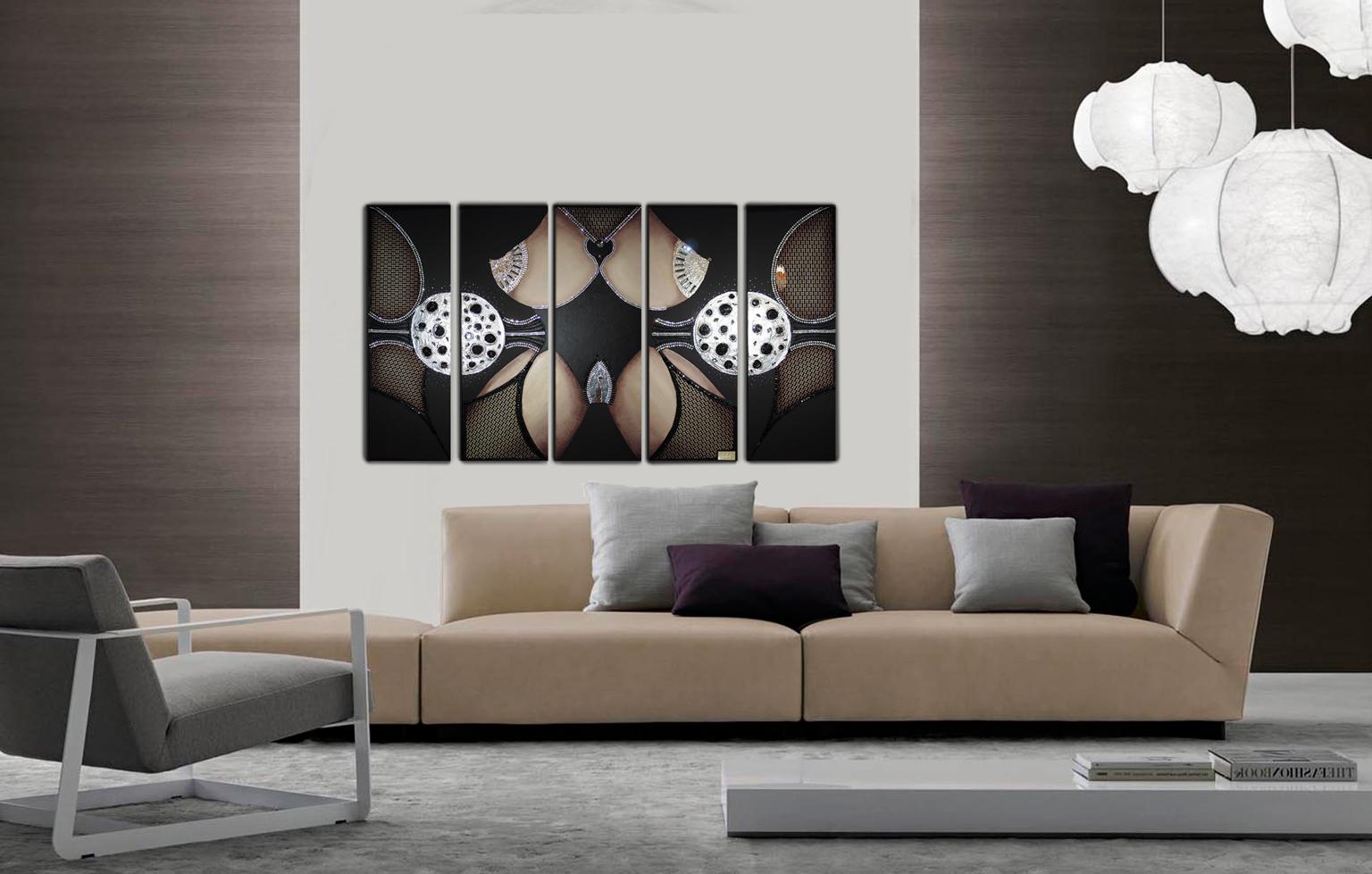 Большая картина на стене в столовой