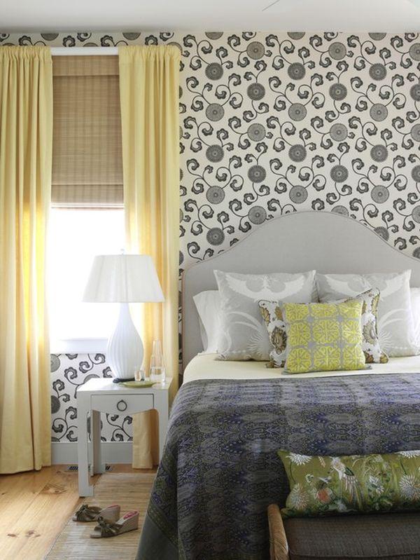 Спальня с узорными обоями