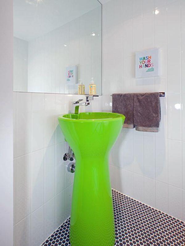 Зеленый умывальник в ванной