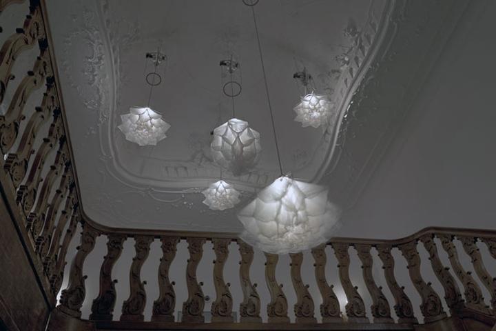 Световая инсталляция Shylight: подвесные светильники с абажурами в виде цветочных бутонов