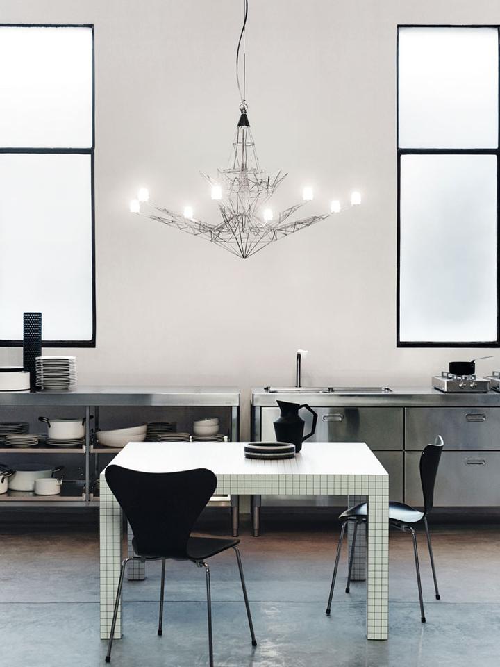 Оригинальный дизайн люстры Light Portraits в интерьере кухни-столовой