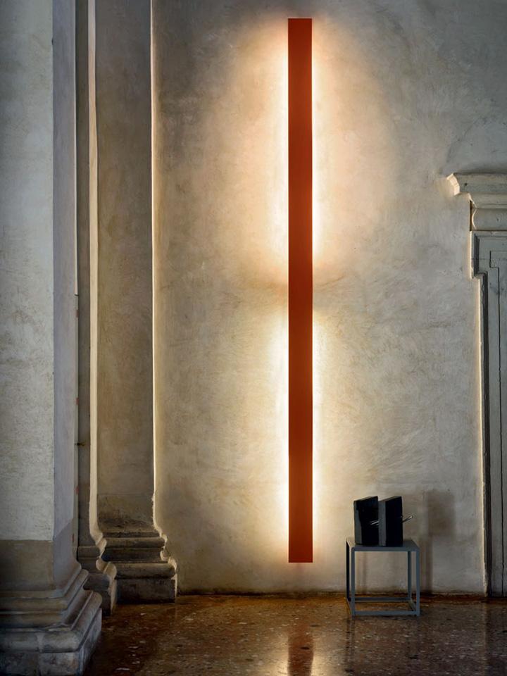 Оригинальный дизайн настенного бра Light Portraits в виде вертикальной полосы