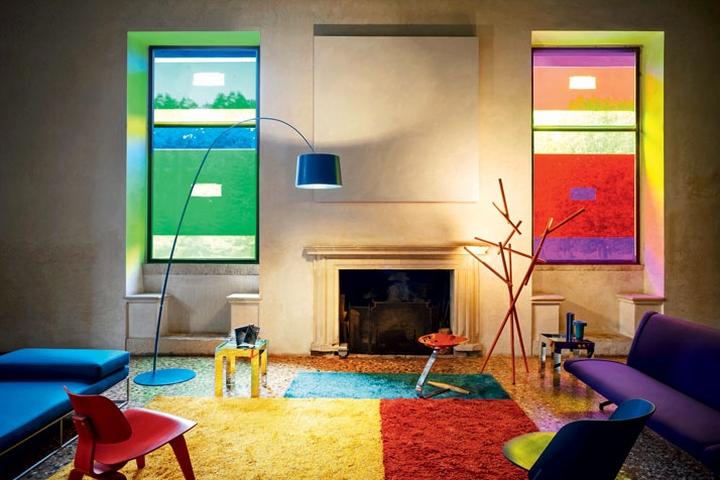 Оригинальный дизайн напольного торшера Light Portraits в ярком интерьере комнаты