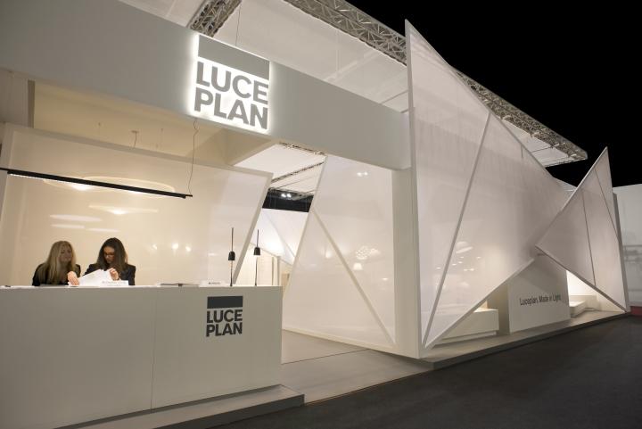 Светодиодная подсветка логотипа на выставке