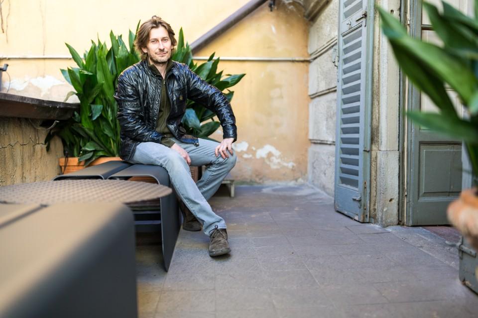 Лоренцо Дамиани на своей скамейке Benna в галерее Erastudio