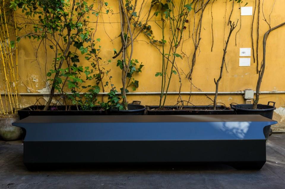 Лоренцо Дамиани: скамейка из тёмного мрамора
