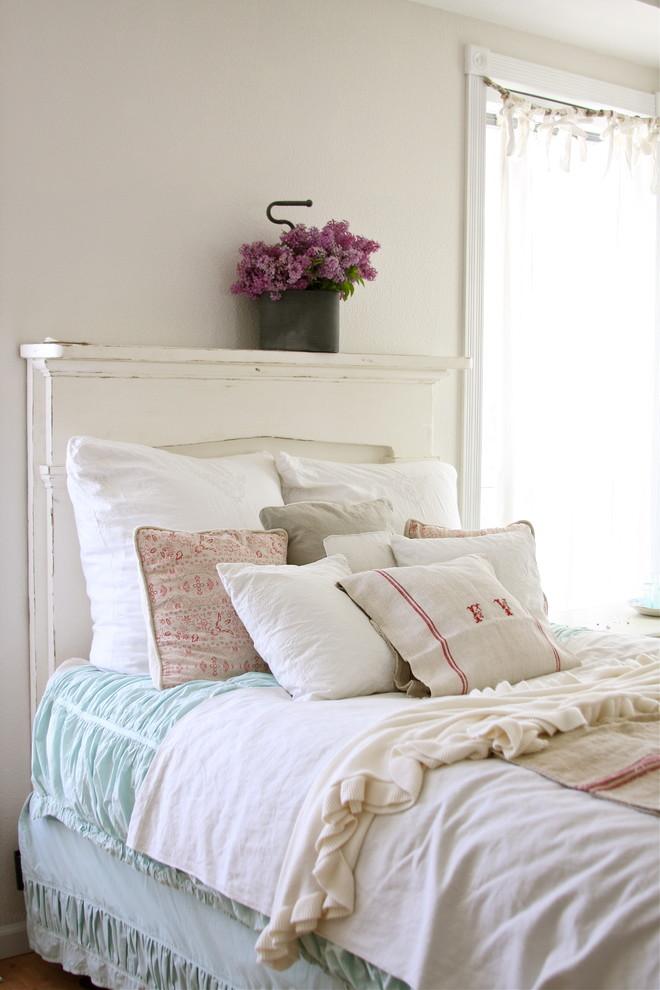 Текстильные подушки на кровати