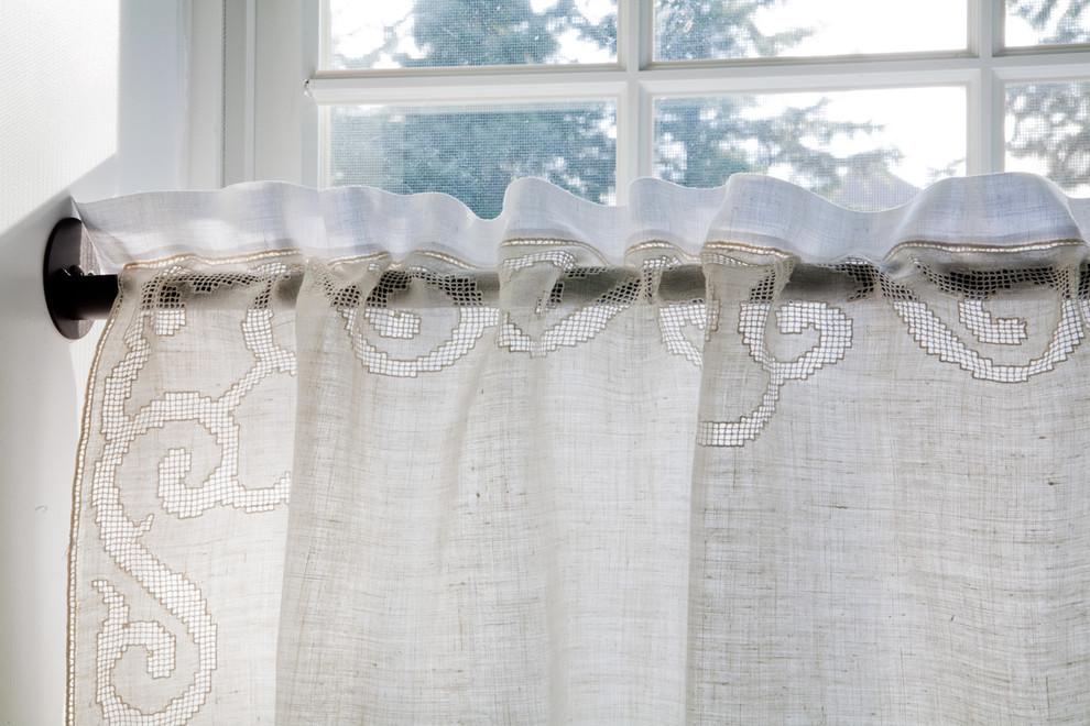 Старинные текстильные шторы в оформлении окна