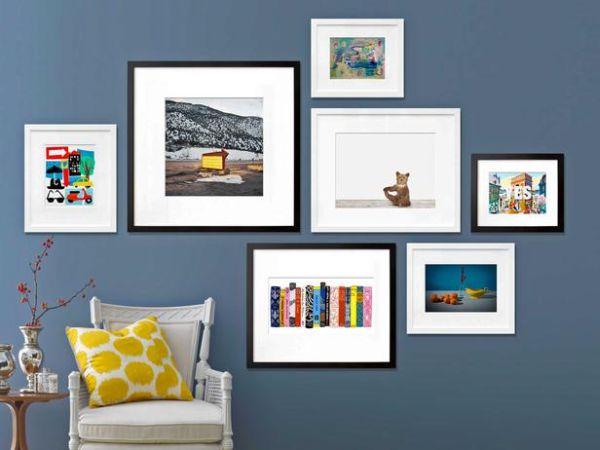 Рамки с фотографиями на стене