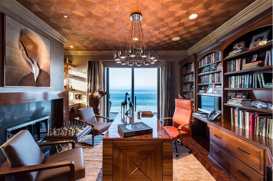 Лакированный стол в домашнем кабинете