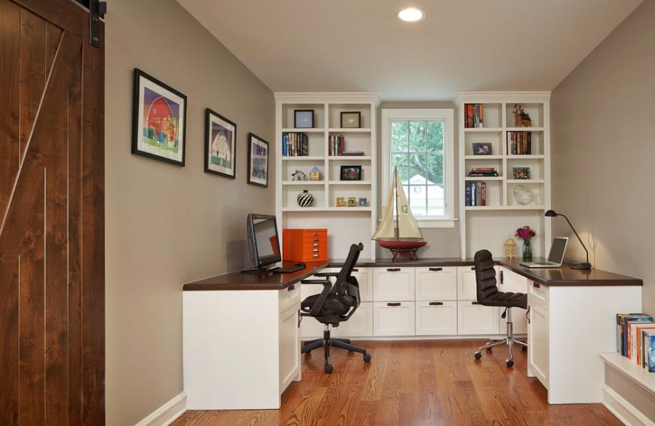 Угловой стол в домашнем офисе