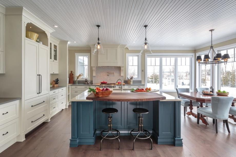 Полукруглый рабочий стол на кухне
