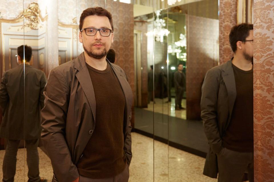 Дизайнер Маттео Рагни в зеркальной комнате