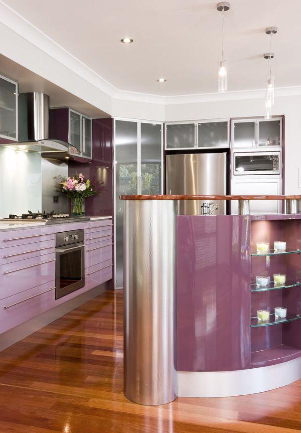 Кухонная мебель и барная стойка розовато-лилового цвета
