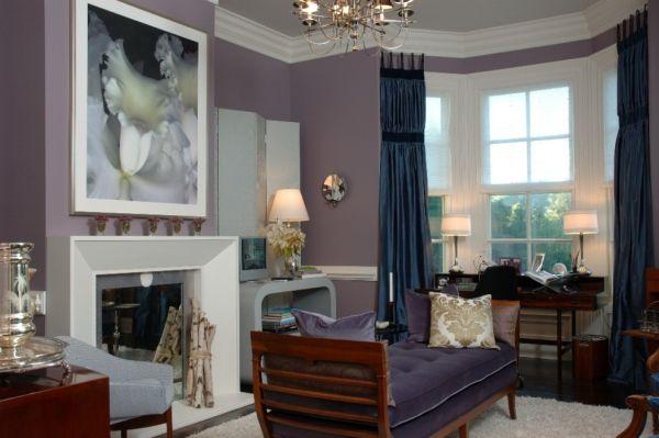 Гостиная со стеной розовато-лилового цвета